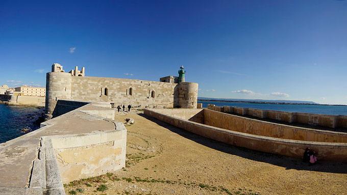 вхід у замок Кастелло-Маніаче