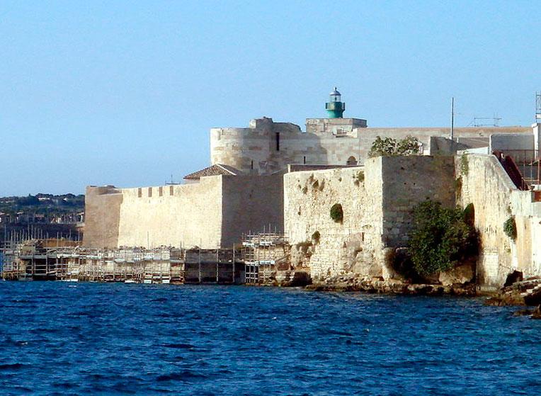 замок Кастелло-Маніаче вид зі сторони моря