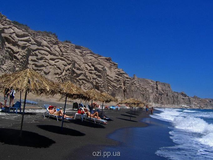 чорний пісок на острові Санторіні