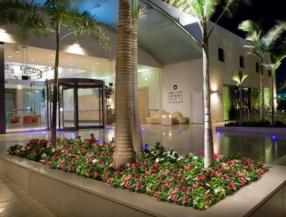 Вхід у готель Isrotel Agamim