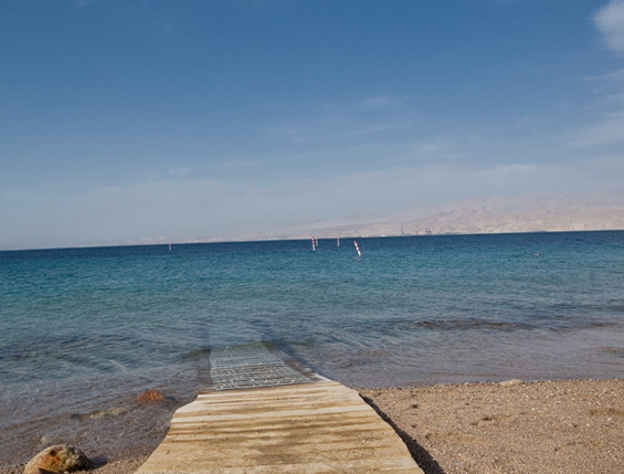 Пляж готелю Isrotel Yam Suf