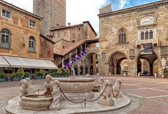 площа Piazza Vecchia в місті Бергамо