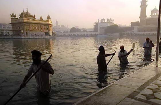 Золотий храм, вид зі сторони річки