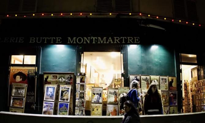 крамнички на вулиці Montmartre вночі