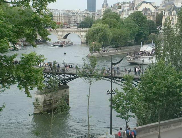 Вид на Париж зі сторони річки Сена