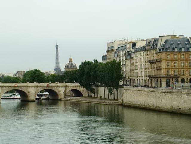 Вид на Ейфелеву вежу зі сторони річки Сена