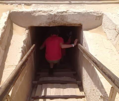 вхід у єгипетську піраміду