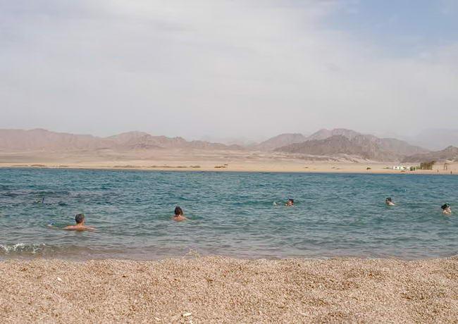 Дикий пляж недалеко від готелю