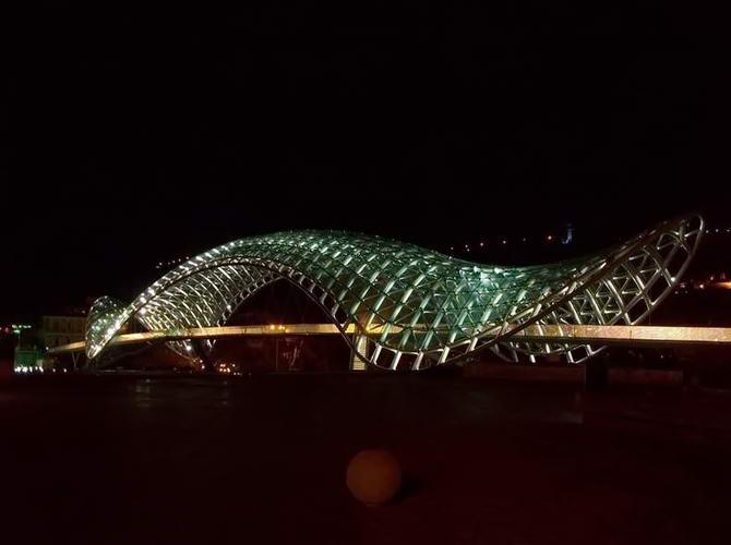 міст Миру вночі