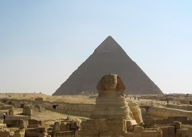 Сфінкс на фоні піраміди Хефрена