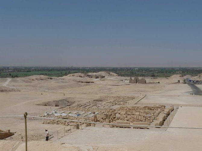 вид з вершини гробниці на ділянку, де ведуться археологічні роботи