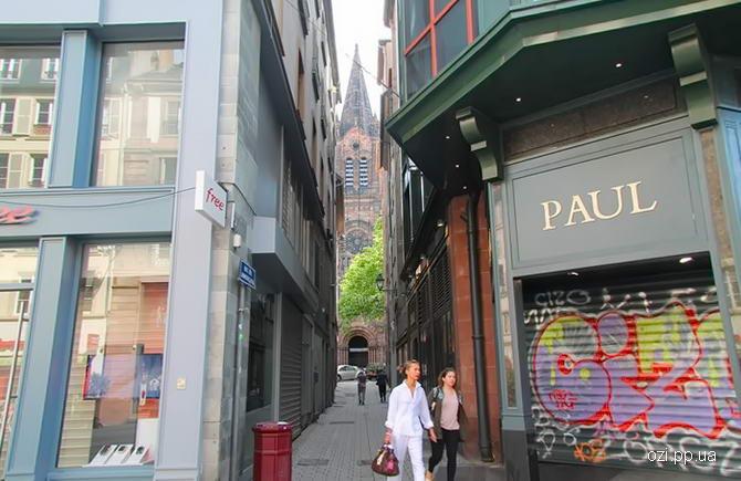 В кінці вулиці видніється собор Страсбурзької Богоматері