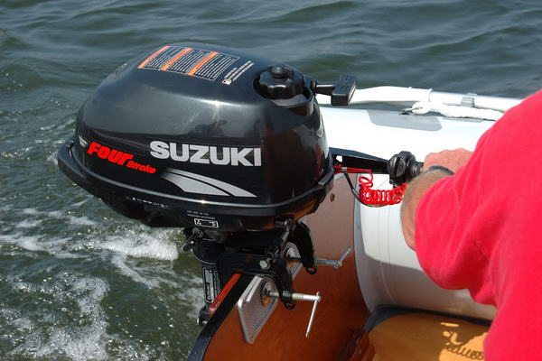 катер з мотором Suzuki