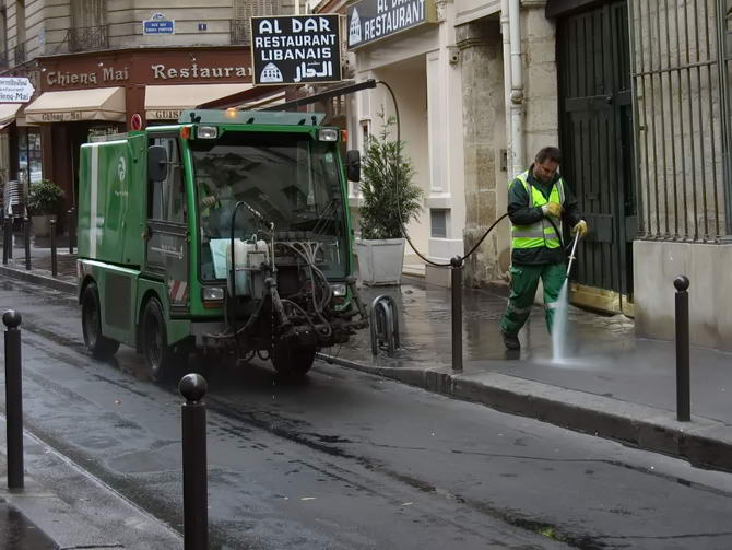 Уборка улиц Парижа