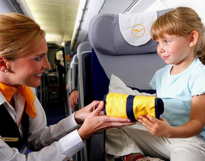 Стюардеси допоможуть розважити дитину
