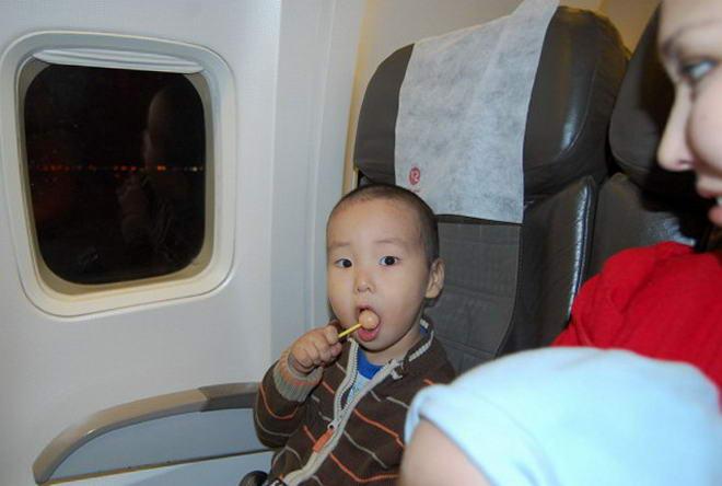 Під час зльоту і посадки бажано дати дитині цукерку або жуйку