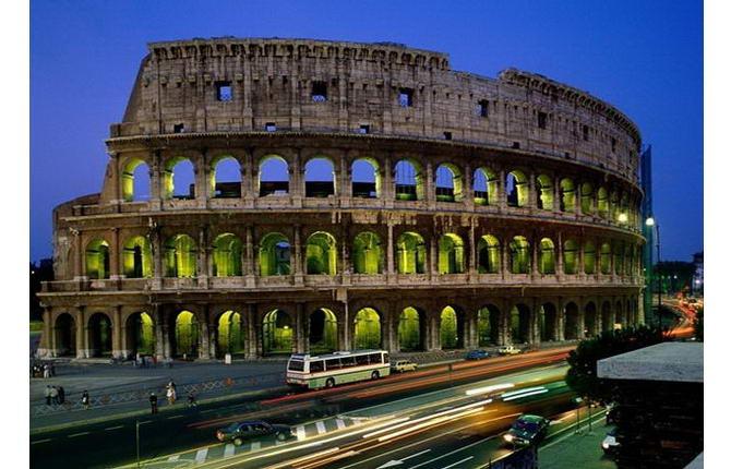 Рим. Фото Колізею увечері