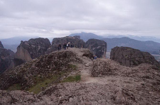 Скелі з туристами біля Метеорів (до речі, на фото американці)