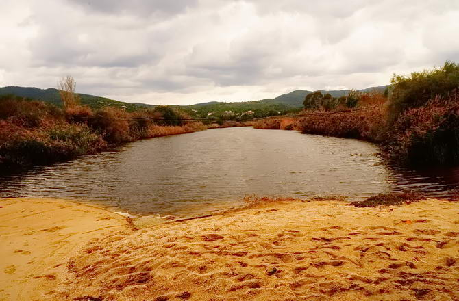річка на пляжі Порто Карраса