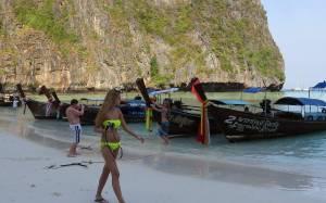 На острові Пхукет туристам дозволили приносити на пляж власні парасольки