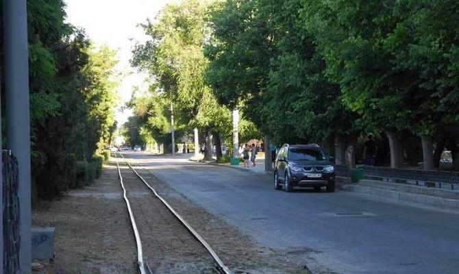 Кривые рельсы трамвая в Евпатории