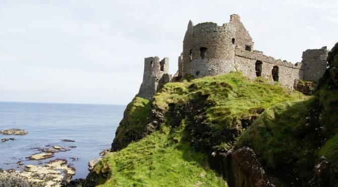Замок Данлюс (Dunluce Castle) - це живописні руїни древнього замку епохи пізнього середньовіччя в графстві Антрім
