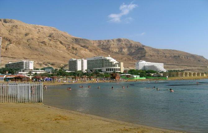 пляж біля готелю