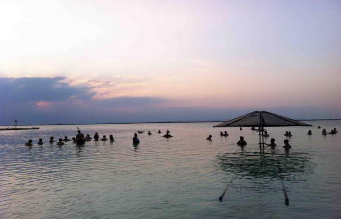 невеликі поручні для заходу у воду Мертвого моря
