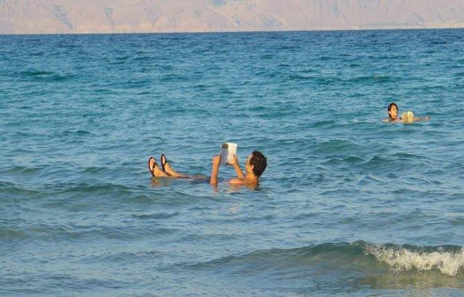 відпочиваючі у водах Мертвого моря