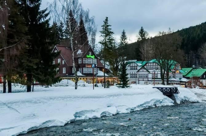 Вид на курорт зі сторони річки
