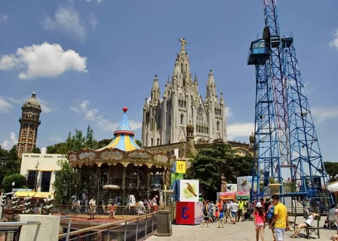 Парк атракціонів Тібідабо поряд з храмом Серця Христова