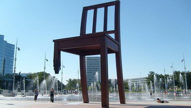 Зламаний стілець в Женеві
