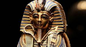 Зламана похоронна маска Тутанхамона в музеї Каїра