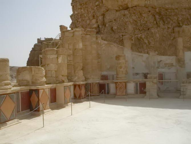 залишки фресок та колон фортеці Масада