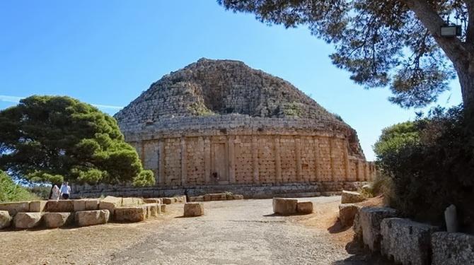 Мавзолей побудований в 3 ст. до н.е.