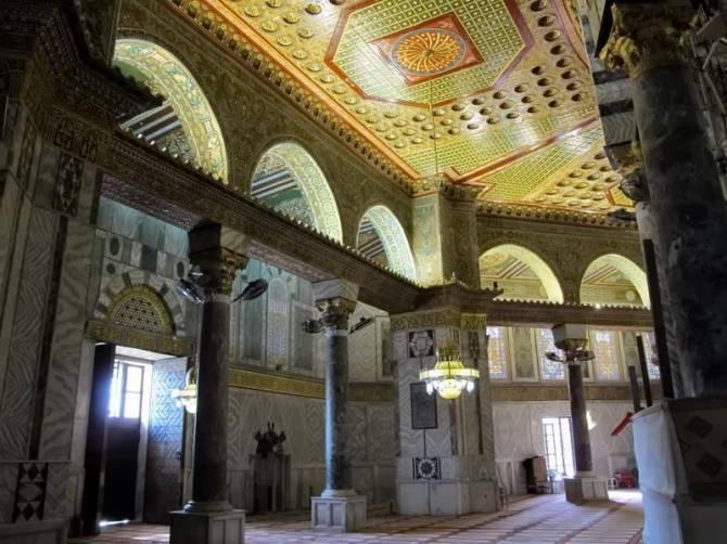 Всередині мечеті Аль-Акса
