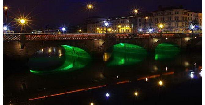 На цьому фото у фарбах нічного Дубліна міст Граттана