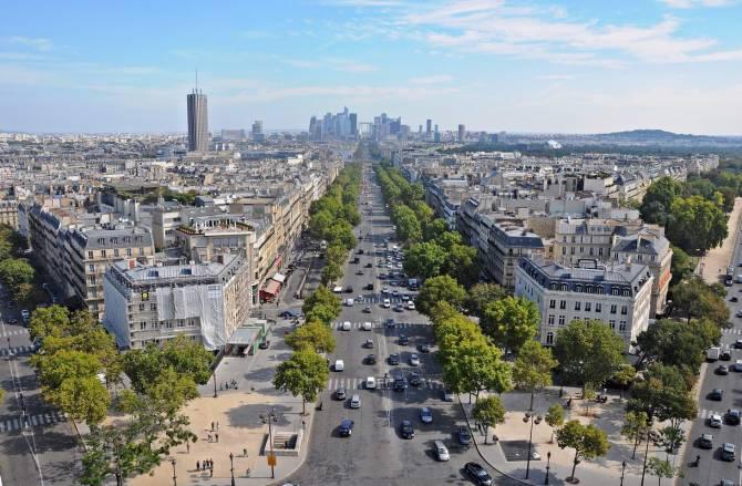 Париж. Фото на Єлисейські поля