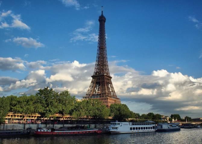 Ейфелева вежа на фоні берегу Сени