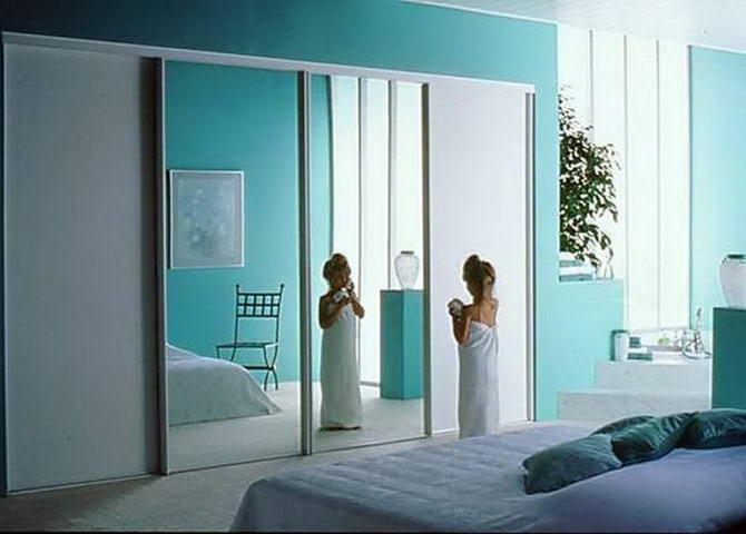 двери купе в спальной комнате