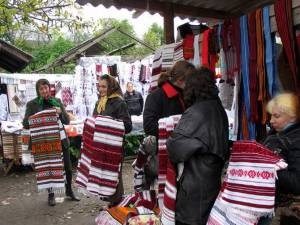 Резные изделия и деревянные шкатулки на Косовском базаре