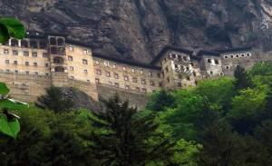 Самі важкодоступні монастирі у світі