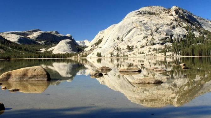 Вид на горы на озере Tenaya в парке Yosemite
