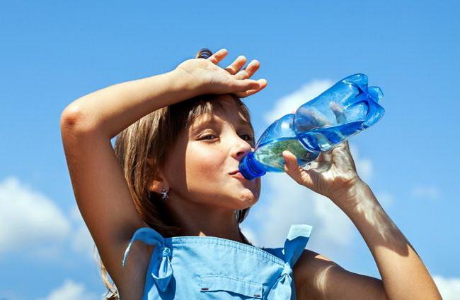 Не зосереджуйтесь на їжі - пийте більше не газованої води