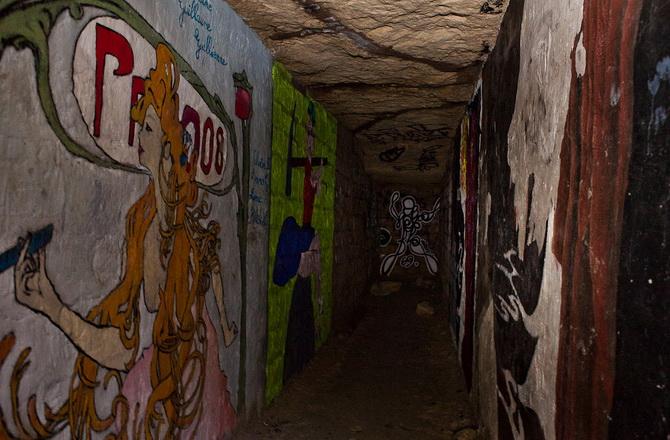 розмальовані стіни паризьких катакомб