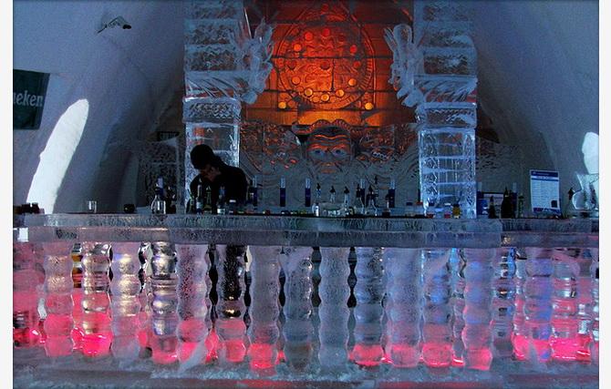 Крижаний бар в готелі Icehotel