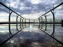 Скляний міст над прірвою - новий атракціон в Китаї