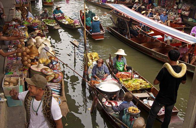 різноманітність товарів на тайському плавучому ринку