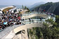 Туристи пошкодили скляний міст, що нещодавно відкрився в Китаї