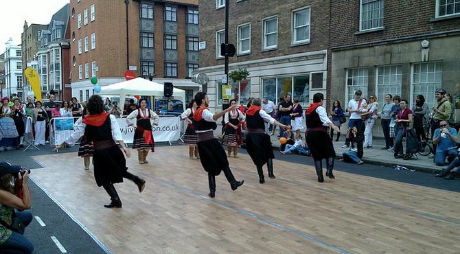 Національні грецькі танці на вулиці